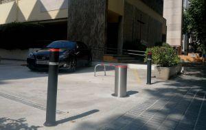 Pilona automatica en parking comunidad al aire libre